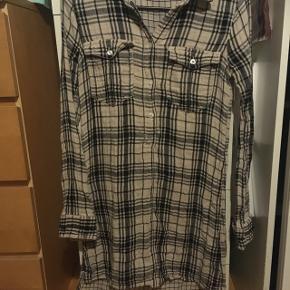 Skjortekjole - aldrig brugt , str.xs . Jeg sender gerne med DAO for egen regning ca.35-40kr.