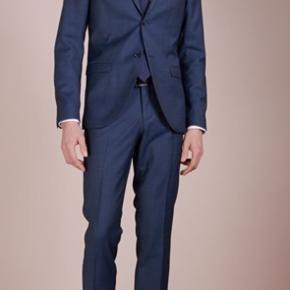 Sælger dette blå Tiger of sweden jakkesæt. Aldrig brugt. Fitter til normalbygget ca 1,75