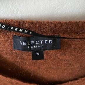 Super fin sweater. Lækker efterårsfarve. Passer også en str. M.