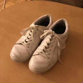 Sneakers, Jack & Jones, str. 41, Hvid, God men brugtFin hvid sko fra Jack & Jones, dog lettere beskidt. Ny pris 700,- Sælger til 350,- Realistiske bud er dog velkommene *Sender på købers regning