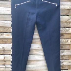 Flotte bukser fra Baum und Pferdgarten. De er ikke brugt og kommer fra et røgfrit hjem. Farven er mørkeblå, men ikke så mørkt som på det første billede.