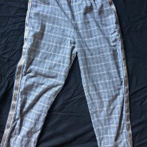 Sælger disse bukser da de aldrig bliver brugt. Jeg har gået meget med dem, men det kan man overhovedet ikke se. De er lidt korte til mig (er 175cm) så hvis du er kortere end det vil de sidde perfekt. De er en størrelse L. Men jeg vil nok mene de er en stor m og lille L.