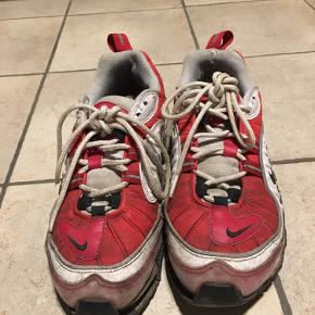 Nike sko med mange mærker efter brug, derfor prisen. Skoene trænger til rengøring og sålen under skoene sidder også løs nogle steder foran og skal limes fast igen. Inde i skoen er der blevet tilføjet en ny skosål.  Skriv gerne for flere billeder