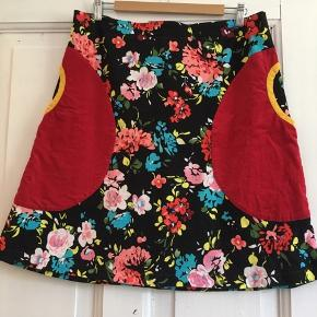 Lækker nederdel med fantastiske lommer fra den lille butik One Off.  Der er stretch i stoffet, og den passer også en L