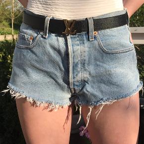 Levis 501 shorts - de er meget gamle så derfor kan jeg ikke se størrelsen, men de passer ca s Det var engang bukser, men jeg har klippet dem til shorts selv :))