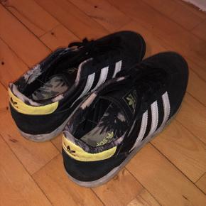 Sneakers fra AdidasStr 38 2/3 Vil sige at de er lidt mindre i størrelsen end normalt Brugt maks 5 gange - ser ud som ny, hvis de bliver gjort rene