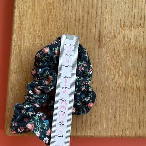 Flot scrunchie i sort med blomster 💐 fra Envii   Bemærk - afhentes ved Harald Jensens plads eller sendes med dao. Bytter ikke 🌸   ♻️ Scrunchie hårpynt hårelastik hår elastik