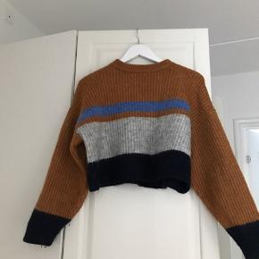 Super lækker strik fra Envii i flere forskellige farver.  Indenholder uld og holder dig derfor dejlig varm, når vejret er køligere.