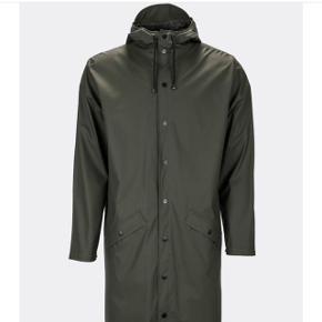 Rains regnjakke i mørkegrøn. Ny pris 699 kr.