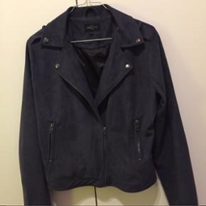 Lækker suede jakke fra Global FunkNypris var 700 kr. Str. M Brugt max 3 gange Passer en s/m