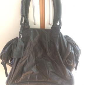 Sjælden og smuk Yvonne Koné weekendtaske i læder og med flotte detaljer. Tasken er i blødt læder og dejlig rummelig. Perfekt som weekendtaske.  Har passet godt på den så den har minimale skrammer. Ingen revner eller skrammer i foret indeni. Skrive gerne for flere billeder.
