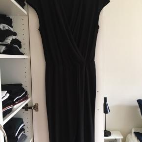 Flot og enkel buksedragt med lange ben sælges da jeg ikke længere får den brugt. I fin stand. Lidt fnuldret i stoffet ved kraven, men mest på indersiden, og det er desuden svært at se fordi den er sort.