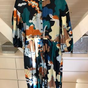 Brugt 3 gange og vasket 1 gang. Så smuk og farverig .... må bare erkende at jeg ikke får den brugt desværre. Prisen er fast. Style : India Dress. Er helt normal i størrelsen.