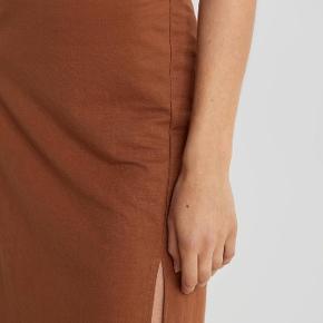 Super fin nederdel fra gina tricot. Fin 'cut' detalje i siden. Stadig med prismærke!🤍