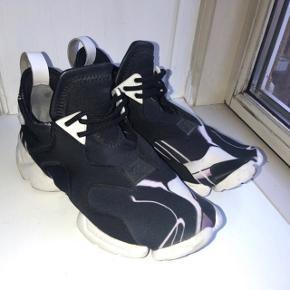 Adidas Y3  inkl. dustbag Brugt få gange, fremstår næsten som nye.  Er en størrelse small som kan passes af en 37, 38 og 39