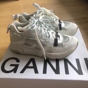Ganni chunky Tech Sneakers i farven 'egret' og størrelse 38. Har været utroligt glade for dem, og det kan ses indeni, hvor GANNI logoet er tværet ud, som kan ses på 3. billede.🥰