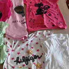 Lækker tøj pakke passer til pige 7-10år: 12 t-shirts, 3 bukser, 4 langærmede, 3 nederdele, 9 kjoler. 31 stks. Byd.