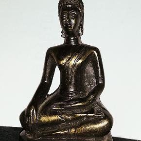 Fin lille buddha figur, farven er sort og guldfarve, højde 14 cm.  Porto 37 kr