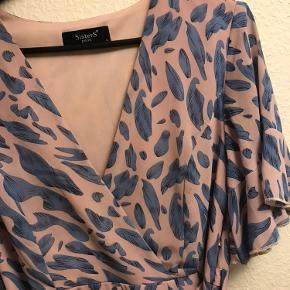 Smuk kjole med bånd i taljen og lynlås i Venstre side. Den er mere lyserød i tonen i virkeligheden end på billederne.