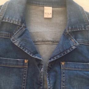 Fin kort denim jakke fra Vila 💕  Med stretch i stoffet og lynlås detaljer. Str. M. Nypris 500.  Se også mine andre annoncer. Sælger billigt ud og giver gerne mængderabat 🌟