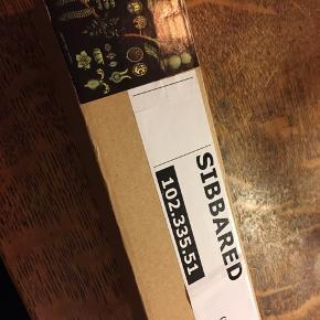 Ikea Sibbared, to styk retrostil plakater 90x120cm behandlet så de kan tørres af. Ophæng i rundstokke. Nye - stadig i indpakning. Stykpris 100kr, pris for begge 150kr. (billedet er taget fra hjemmesiden, da mine stadig er i indpakning og ikke har været pakket ud). Kan hentes Kbh V