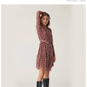 Super flot kjole med blomster print. Fra ny kollektion.