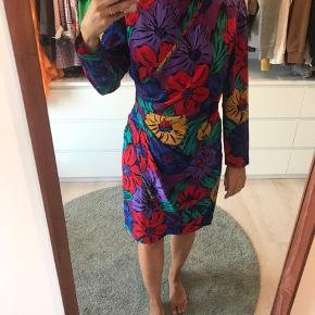 Vintage blomstrede kjole, med slå om lignede effekt, så smuk. Jeg får den desværre bare ikke brugt.