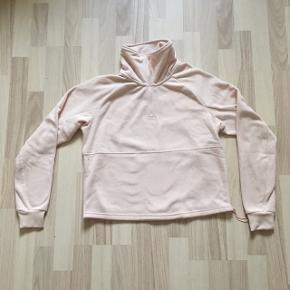 Dejlig blød bluse med fin detalje af tal i bunden. Blusen er aldrig brugt og prismærket sidder stadig på blusen.🌼