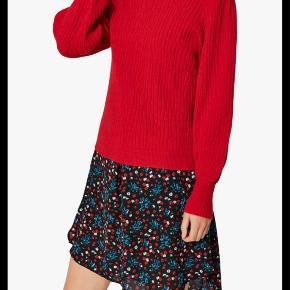 Fin rød sweater med lille pufærme - kun brugt få gange.