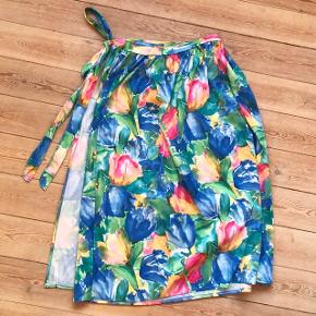 Helt perfekt retro nederdel 🌸 der står ingen størrelse i, og i princippet kan den bruges af alt fra en S-XL, da den kan snøres ind 👋🏼 jeg bruger M/L, og har den på, på de sidste tre billeder 🌳 den er simpelthen så flot, farverig og lækker blomstret 😍 maxi længde   Bemærk - afhentes ved Harald Jensens plads eller sendes med dao. Bytter ikke 🌸  ⭐️ Nederdel maxinederdel blomster blomstret lang farver farverig retro loppefund