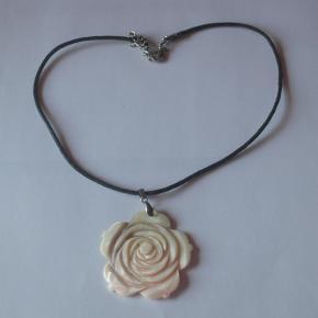 flot halskæde med snor og en stor rose som vedhæng  Mindstepris 25 kr plus porto porto er 20 kr med Post Nord