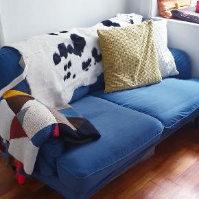 Socksund 2 pers. sofa fra IKEA i petroliumsblå. 4299 kr. fra ny, (plus ben købt i sort istedet for træ) Sælges pga. flytning. Har været utrolig glad for den, den fremstår velholdt, og har altid haft et skind over ryggen som har beskyttet mod slid.