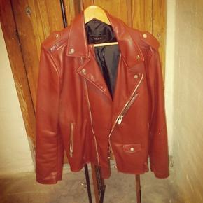 En perfekt jakke hvis du skal i byen og flotte dig. Den er fra Zara og et stort set ikke brugt, da det ikke længere er min stil.  Det er en xl og en kort model, så med en lang t-shirt eller hættetrøje inden under, så spiller det.  Snup den for 500,-   Spørg gerne efter flere billeder, om nødvendigt