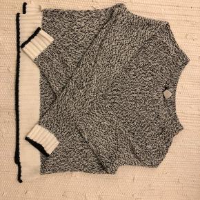 Behagelig H&M striktrøje fra divided. Har ingen pletter, huller eller andre skader, men har været brugt og vasket en del. Er fra røgfrit hjem!