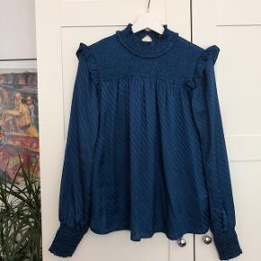 Fineste mørkeblå bluse. Fejler ingenting 🌸