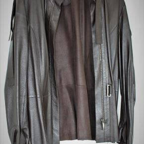 Meget lækker mørkebrun, uforet, blød, glat lammeskindsjakke med mange detaljer. Italiensk str. 25 - dansk L/XL, længde 68 cm.