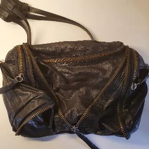 Rigtig fin crossbody Yvonne Koné taske. Jeg ville gerne sætte den som 'Næsten som ny' men der er enkelte brugsspor på hanken men absolut ikke noget vildt. Kom endelig forbi og se den 🤗 Byd endelig 🤗