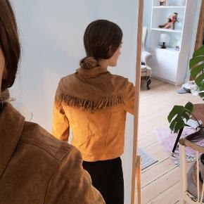 Ruskinds jakke fra Monki med frynser.