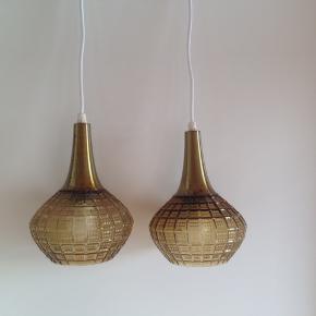 2 loftslamper med glaskubler og messing top, i fin stand med lidt brugsspor.  Samlet pris. Ø 15 H 20 cm.