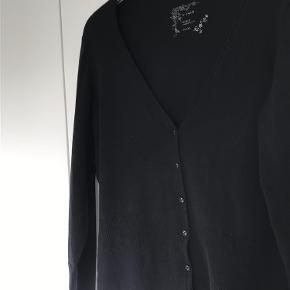 Varetype: Let strik Størrelse: L/XL Farve: Helt sort Oprindelig købspris: 400 kr.  Læg mærke til de søde knapper og kanterne. Rigtig fin. Længde60. bredde 50cm.