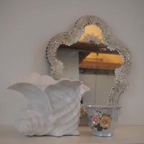 Info: Ægte italiensk og hvidligt Vintage Murano glas spejl fra 80'erne. Pris: 800, fast pris. Nypris: vides ikke Mærke: Murano italien Stand: God kontra generaliteten af disse vintagespejle. Lidt af en blomst er klækket af i bunden, men jeg har stadig den del så den evt. kan laves. Størrelse: vender tilbage med mål ved interesse Andet: et stykke blomst er knækket af, har stadig delen Fragt: Sender med dao+track, køber står for fragt.  OBS: Varen kommer fra et røgfrit hjem. Hvis du gerne vil se den først, skal du være velkommen til at mødes i indre by, København. Jeg tager ikke flere billeder end dem på annoncen, og jeg forbeholder mig retten til ikke at besvare kommentarer ang. overstående allerede besvarede spørgsmål. (Eksempelvis kan det ske, at jeg ikke svarer hvis der bliver spurgt om bytte og at jeg allerede har skrevet tydeligt, at jeg altså ikke bytter. Det tager tid at besvare, men kun et sekund at læse sig frem til. Derimod må du/i selvfølgelig altid spørge!)   Tjek også gerne mine andre annoncer, bestående af mærker som Ganni, Chanel, Acne, Zara, Gina tricot, Asos, Baum & Pferdgarten, COS, Arket, & Other stories, en masse vintage mm.