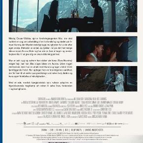 0463  Selvmordsturisten - Blu-Ray - Dansk Film - I FOLIE   Nikolaj Coster-Waldau spiller forsikringsagenten Max, der skal vurdere en sag om udbetaling af en livsforsikring og støder på firmaet Aurora, der tilbyder dødeligt syge muligheden for at dø efter eget ønske. Metoden er enkel, du tjekker ind på det  hemmelige luksus-resort Aurora Hotel og her står en hær af læger og medarbejdere klar til at give dig en smuk afslutning på livet.  Max er selv syg og selvom han elsker sin kone (Tuva Novotny) meget højt, kan han ikke slippe ideen om Aurora. Uden nogen ved besked, laver han en aftale med Aurora og tager afsted til det fjerntliggende hotel. Her opdager han en foruroligende sandhed, der får ham til at sætte spørgsmålstegn ved selve livet, døden og hans egen forståelse af virkeligheden.  Med et øde, nordisk bjerglandskab som kulisse udspilles en hypnotiserende magtkamp om retten til selve livet, forstanden – og kærligheden.