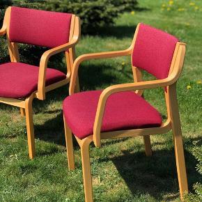 Smukke konferencestole fra Farstrup møbelfabrik, i massiv bøg, betrukket i fint blommefarvet stof 🍇🍇 Da stolene er gamle fremkommer der alm brugsspor og ridser i bunden. Prisen er pr stk og samlet 400kr ☀️ Byd meget gerne for de fine stole 😌 • • • • #tilsalg #sælges #genbrug #genbrugsbutik #genbrugsguld #genbrugsfund #salg #sale #forsale #køb #vintage #vintagelove #vintagebutik #vintagesalg #retro #retrosalg #farstrup #farstrupstole #chair #chairs #summer #sommer #followforfollow #farstrupstol #blommer