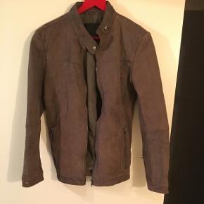 Fedeste læderjakke fra Junk de Luxe- står som ny, dyre og røgfrit hjem.Muldvarpe brun farve, 100% sheep leather.  Rørkjær.