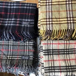 Stilrene Burberry(s) halstørklæder perfekte til de kolde måneder.  De er ikke helt nye men fremstår nye  Bin 400, ellers så byd