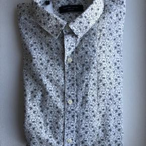 Selected Homme skjorte i fint sort og hvid blomsterprint. Lange ærmer.  Str.: L/42 Materiale: 100% bomuld  Brugt få gange.