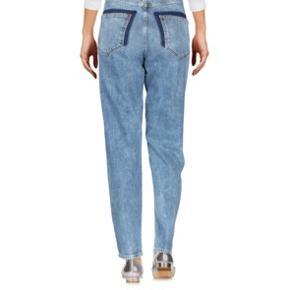 """Zoe Karssen Jeans  Str. 27, men der er elastik i denimet og de kan også passes af mindre da jeg normalt har 25.  Helt nye, aldrig brugt  Modellen hedder """"Billie High-Rise Girlfriend"""""""