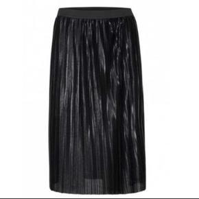 """Smuk nederdel med """"blank"""" overflade. Aldrig brugt."""
