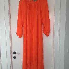 Smuk orange kjole. Rund hals og kortere i længden foran end bag på kjolen. Brugt een gang.  Prisen er fast og bytter ikke