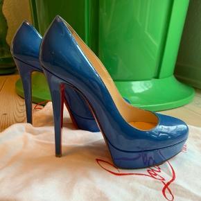 Skoene er brugt meget gå gange og har ingen tydelige tegn på slid.   Original dustbag medfølger